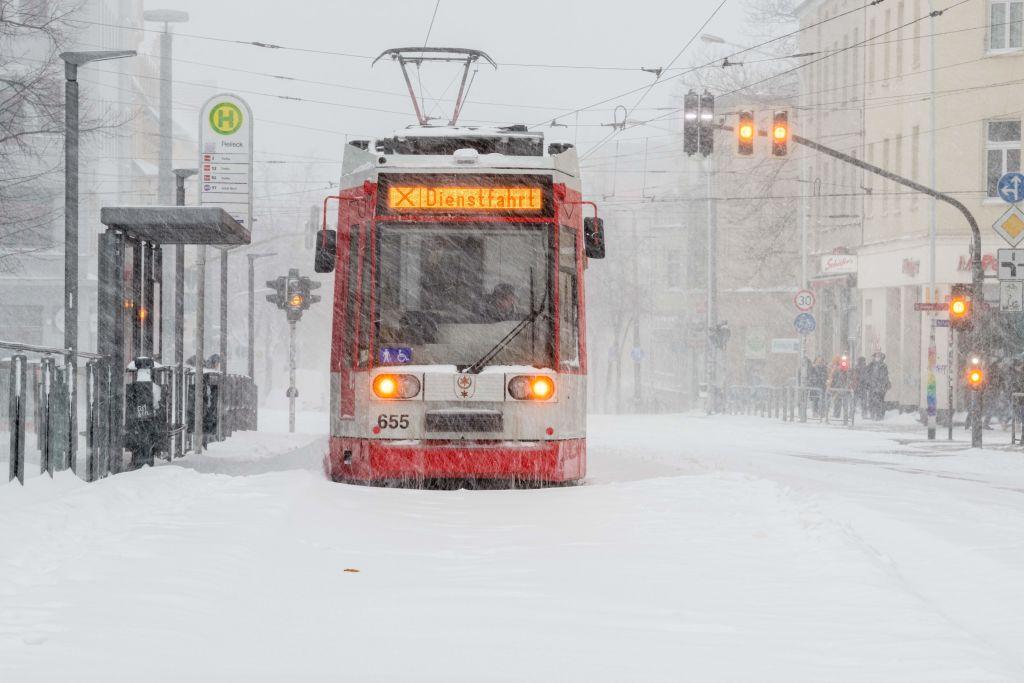 Es ist Winter: Autobahnen und Zugverbindungen – Thüringer Schulen bleiben Montag geschlossen