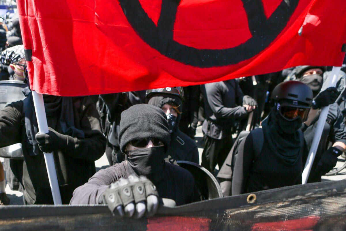 """""""Brennt es nieder!"""": BLM und Antifa marschieren durch Washington und bedrohen Restaurantbesucher"""