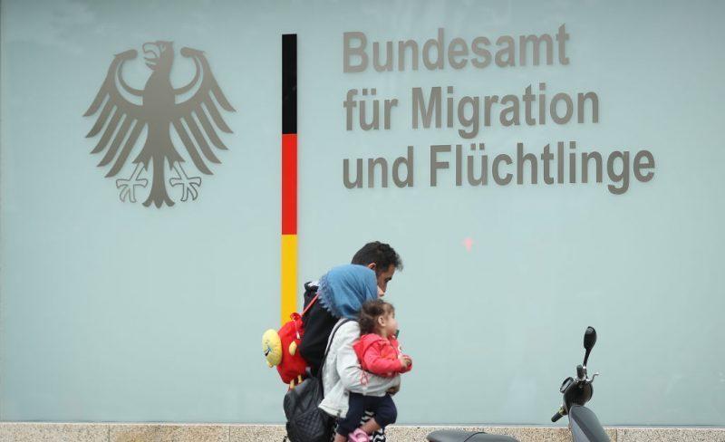 BAMF legt Tausende Asylverfahren von Migranten auf Eis