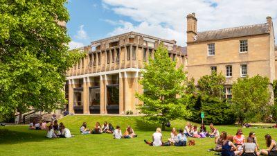 Einfluss auf westliche Bildung: Peking kauft immer mehr britische Schulen auf