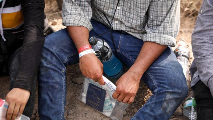 USA: Mexikanische Kartelle verwenden Armbänder, um Menschenschmuggel über die US-Grenze zu verfolgen