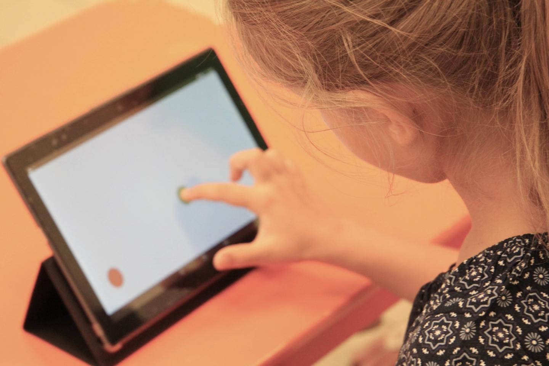 """Studie: Kinder, die mit Tablet & Co aufwachsen, sehen """"Wald vor lauter Bäumen nicht"""""""