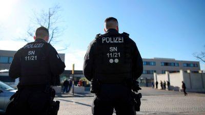 Trotz Verbot versammelten sich Tausende in teils aufgeheizter Stimmung in Dresden