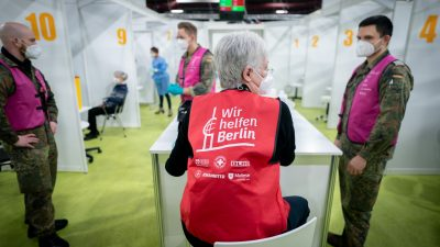 """Impfzentrum als Corona-Verbreitungs-Zentrum? """"NZZ"""" beklagt laxe Hygiene-Vorkehrungen in Berlin"""