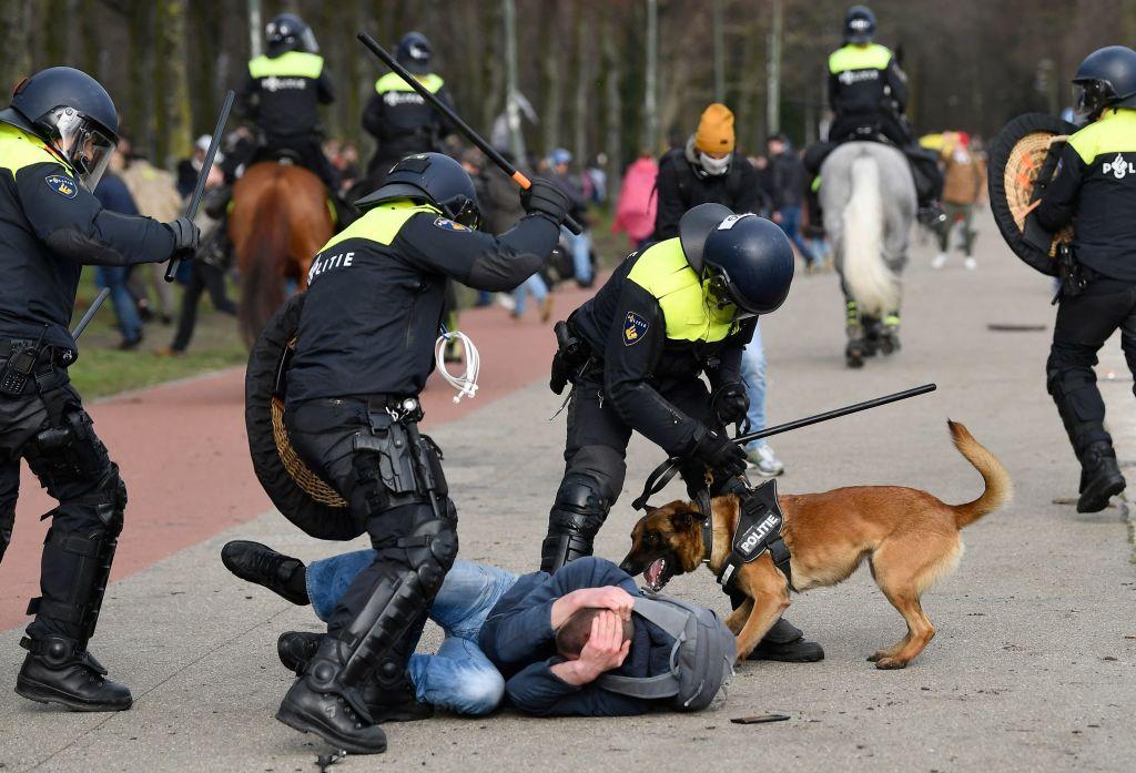 Video: Erneut Corona-Proteste in Den Haag – Polizei geht massiv gegen Demonstranten vor