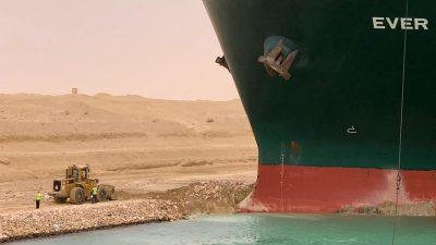 """""""Ever Given"""" quer im Suezkanal – Täglich Waren von 9,6 Mrd. Dollar betroffen"""