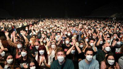 """""""Kein Anzeichen"""" für Corona-Ansteckung bei Test-Konzert in Spanien mit 5000 Besuchern"""