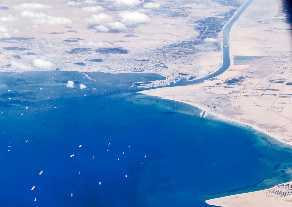"""Stau von über 400 Schiffen – Verkehr im Suez-Kanal läuft nach Bergung der """"Ever Given"""" wieder an"""