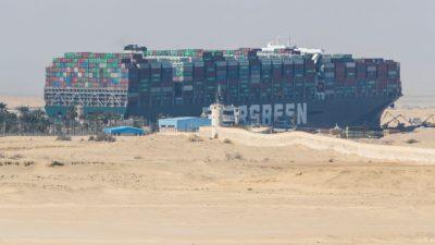 Containerschiff im Suezkanal freigelegt – Heck entfernt sich mehr als 100 Meter vom Ufer
