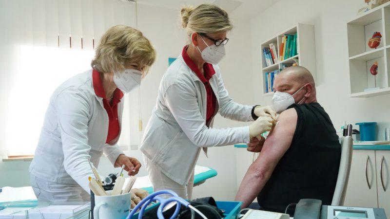 Keine dritte, sondern eine Impfungs-Welle? Wie seit Impfbeginn in Israel vermehrt Todesfälle bei Jüngeren auftreten