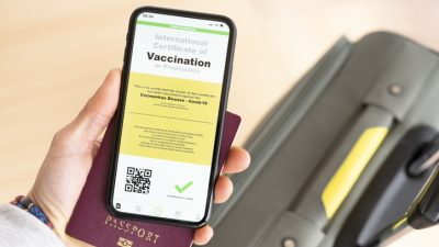 """US-Gouverneur nennt COVID-19-Impfpässe """"schreckliche Idee"""" – Jeder vierte Amerikaner lehnt Impfung ab"""