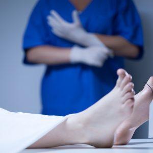 Wo kein Kläger, da kein Richter: Verstorben nach COVID-19-Impfung ist allein kein Anlass für Obduktion