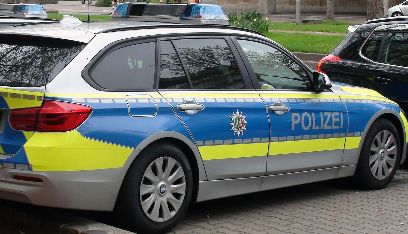 Fünf Beamte verletzt – Polizeifahrzeuge auf Kreuzung zusammengestoßen