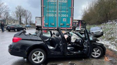 Rettungskräfte im Großeinsatz: 18 Verletzte bei Massenkarambolage auf A9 in Bayern