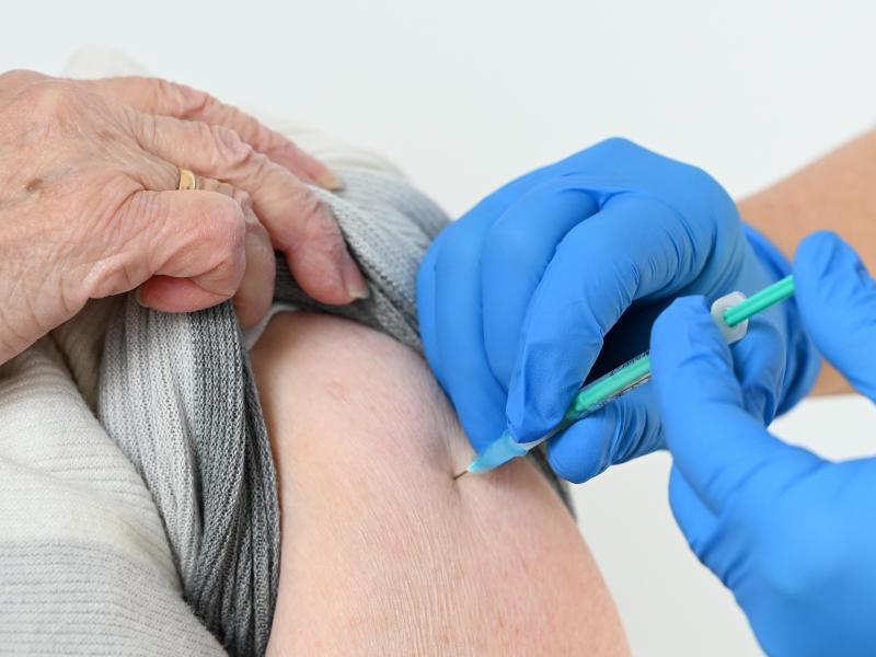 Bund empfiehlt Ländern: Geimpfte nicht mehr testen oder unter Quarantäne stellen