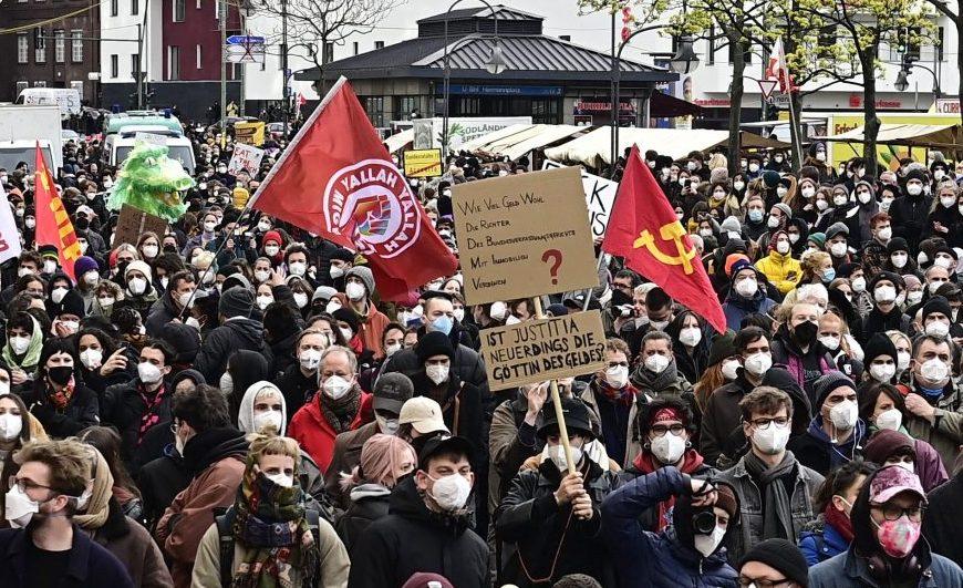 Randale im Kreuzberger Nachgang: Nach Demo gegen Mietendeckel-Urteil flogen Flaschen und Steine