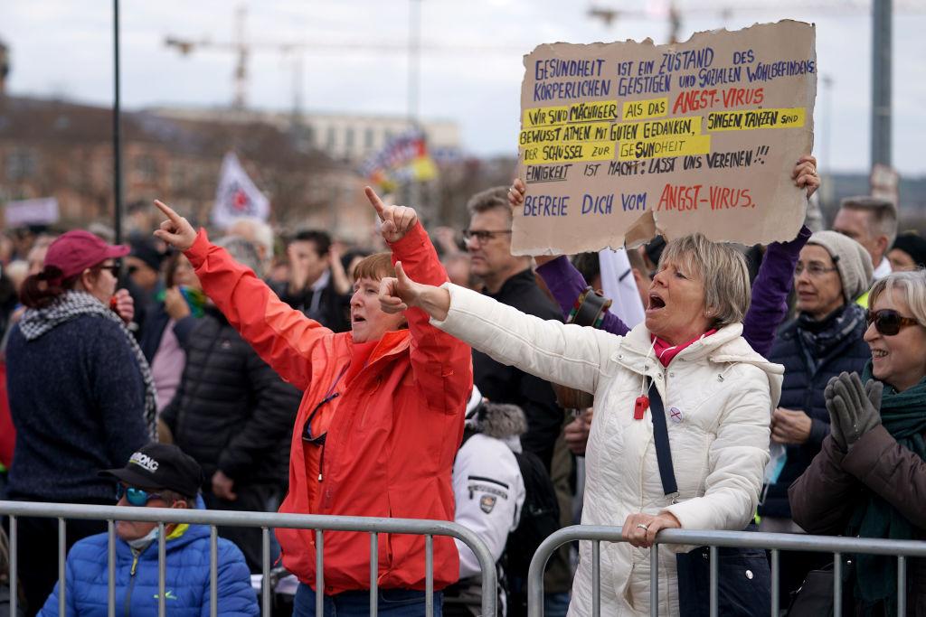 """Großdemo in Stuttgart mit mehr als 10.000 Teilnehmern – Stadtsprecher: """"Wir beobachten Tausende Ordnungswidrigkeiten – gegen diese jetzt vorzugehen ist schwierig"""""""