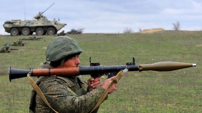Grenze zu Ukraine: Moskau kündigt Rückzug seiner Truppen an – Putin nimmt Einladung Selenskyjs an