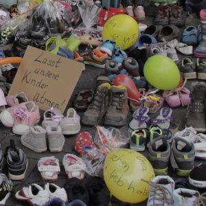 Kinderschuh-Demo in Detmold – Eltern kämpfen gegen Testpflicht an Schulen