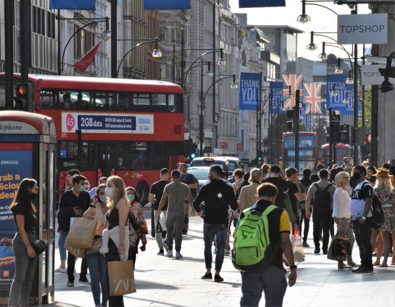Trotz massiver Kritik: Britische Regierung will Corona-Ausweis-System bei Großveranstaltungen testen