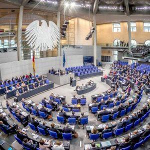 Bundestag beschließt Erleichterungen für Corona-Geimpfte – Ohne Test zum Friseur und Treffen mit Freunden
