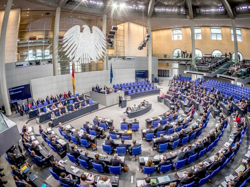Corona-Geimpfte dürfen Freunde treffen: Bundestag beschließt Erleichterungen