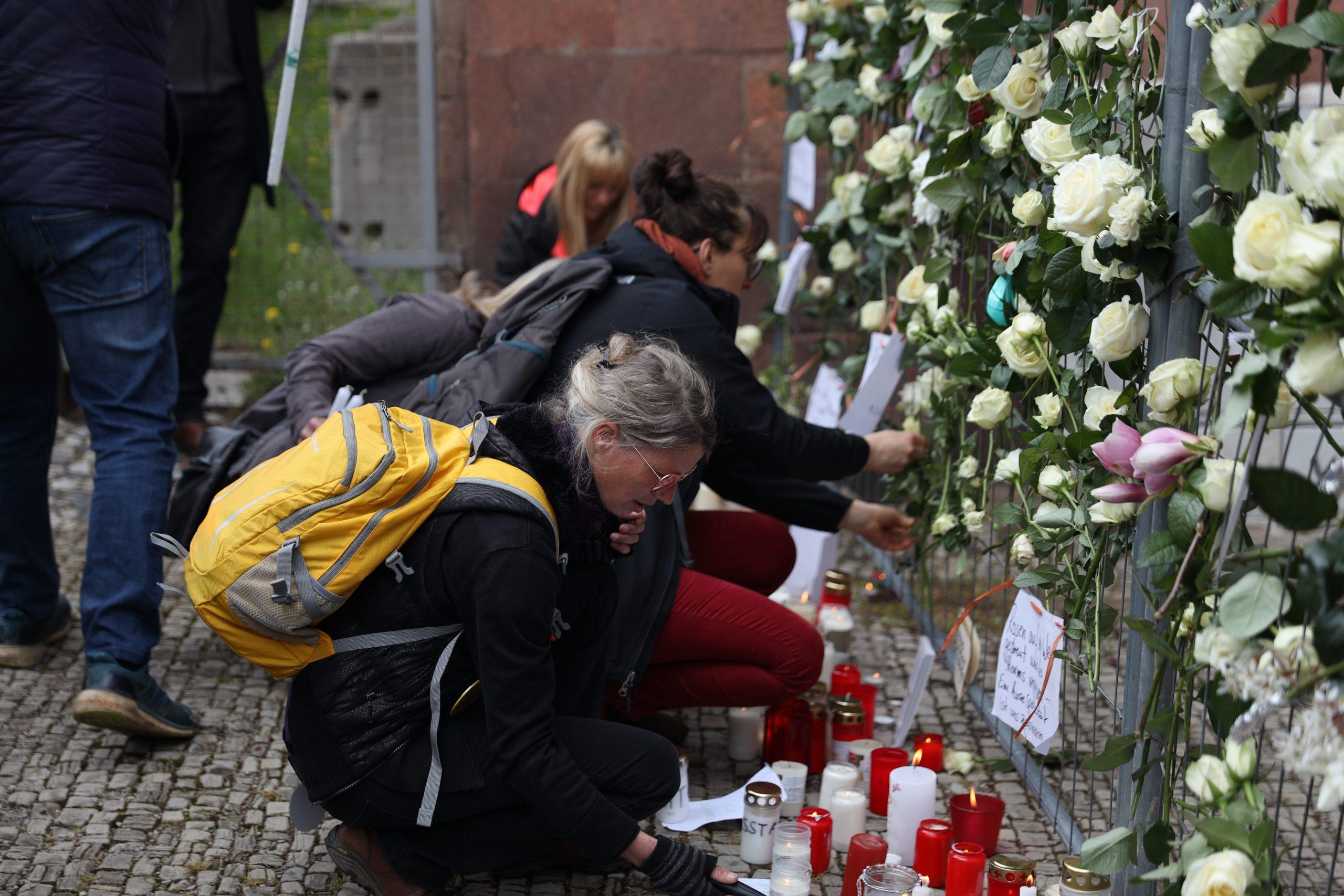 Weiße Rosen vor Weimarer Amtsgericht: Polizei löst nicht genehmigten Protest auf