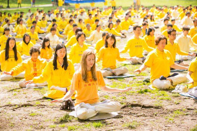 Praktikující Falun Gongu se 10. května 2014 účastní cvičení duchovní disciplíny v Central Parku v New Yorku. (Dai Bing / Epoch Times)