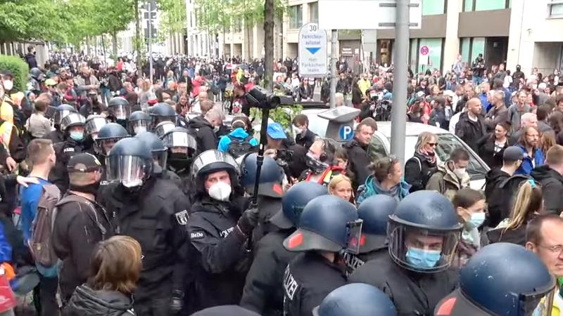 Berlin: Polizei kesselt Corona-Demonstranten ein – Einsatz von Reizgas und Festnahmen