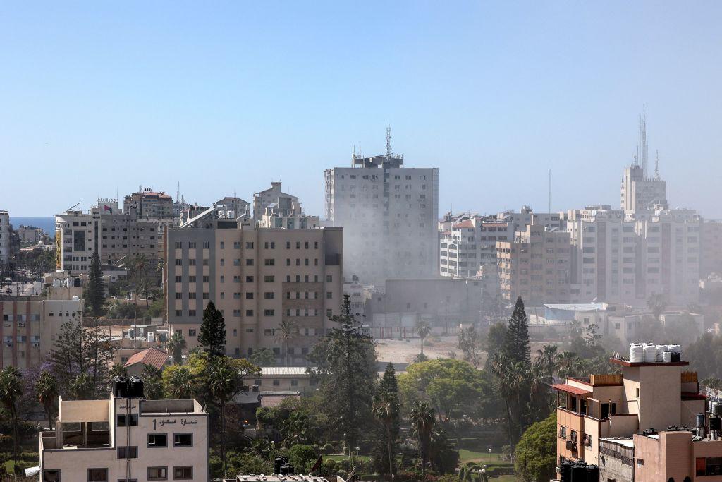 13-stöckiges Hochhaus stürzt nach Raketenangriff zusammen – Eigentümer wurde vorgewarnt