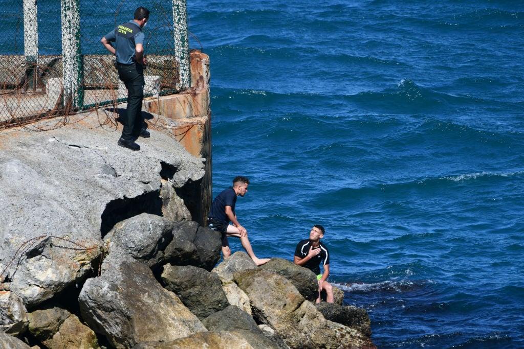 Hundert Migranten schwimmen von Marokko in benachbarte spanische Exklave Ceuta
