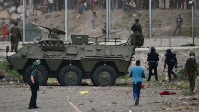 """Spanien will nach Ankunft tausender Migranten in Ceuta """"Ordnung wiederherstellen"""""""