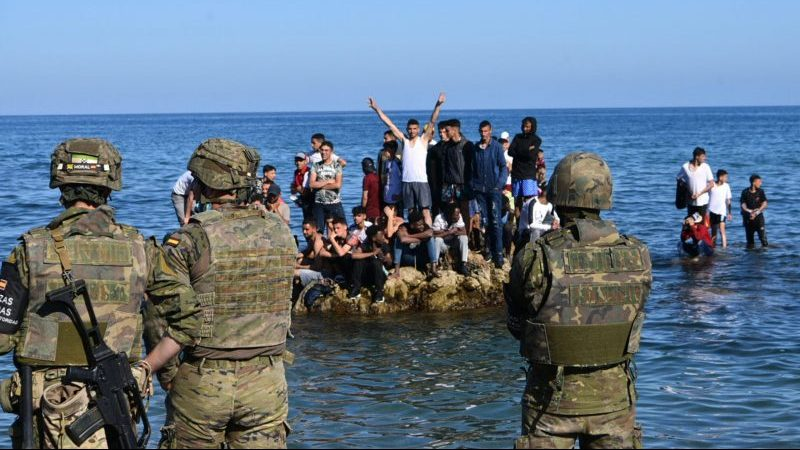 Spanische Exklave Ceuta: Soldaten fangen schwimmende Migranten ab