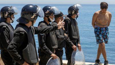 """Spanien wirft Marokko in Ceuta """"Erpressung"""" vor – 6000 von insgesamt 8000 Migranten abgeschoben"""