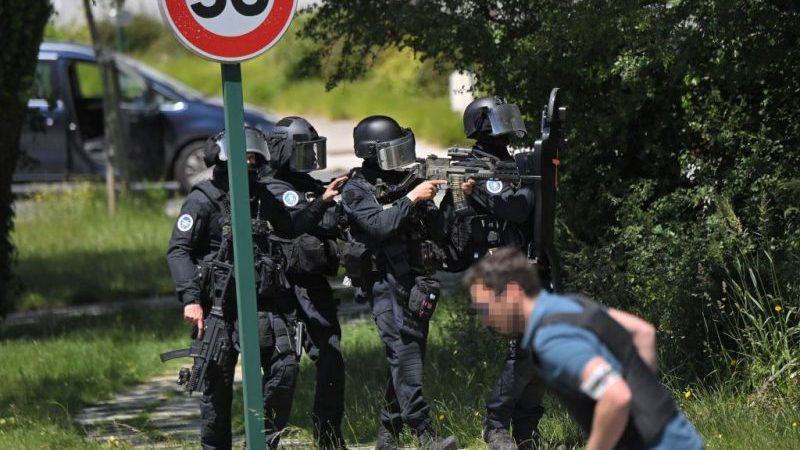 """Polizistin bei Messerangriff lebensgefährlich verletzt – Täter """"radikalisiert"""" und """"psychisch krank"""""""