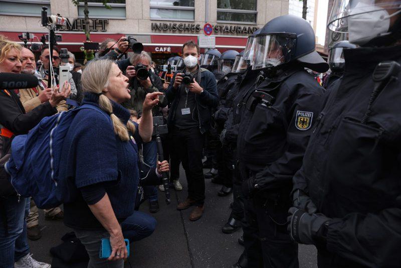 Video: Polizei setzt gewaltsam Demonstrationsverbot für Corona-Proteste durch