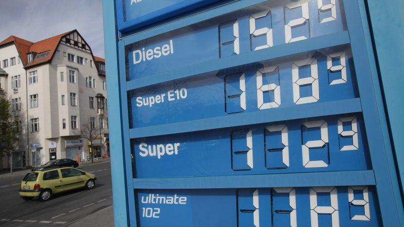 Tankstelle in Berlin: Das neue Klimaschutzgesetz sieht weiter steigende Kosten für Brenn- und Treibstoffe vor.