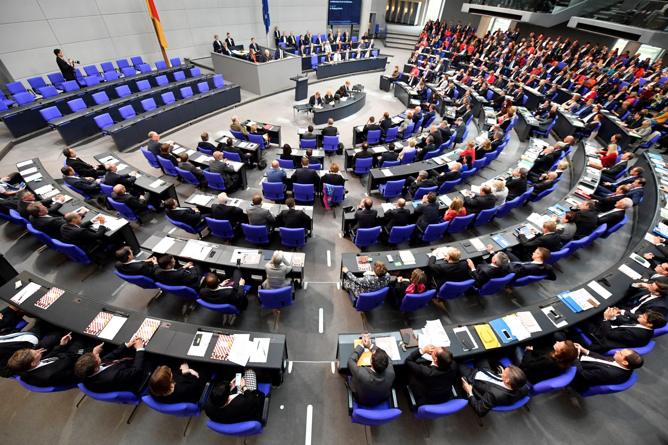"""Bundestag verlängert """"epidemische Notlage"""" bis 30. September"""