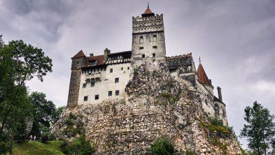 "Behörden in Rumänien locken mit Covid-Impfung auf ""Draculas Schloss"""