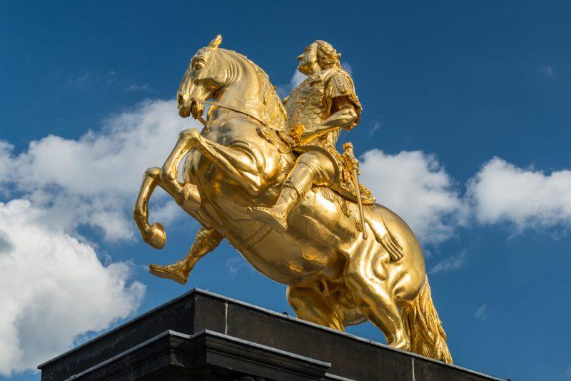 Goldener Reiter in Dresden mit Winkelschleifer und Hammer beschädigt