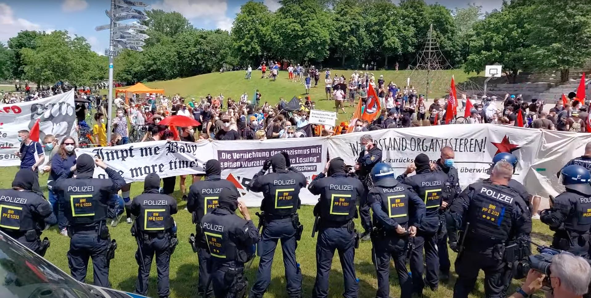 Querdenken-Demo in Karlsruhe: Friedlich, fröhlich – übergriffig?