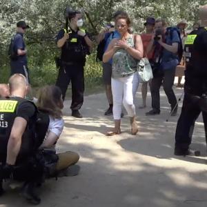 """""""Wie Querdenker-aussehende Menschen"""" abgeführt – 100 Festnahmen und 50 Platzverweise"""