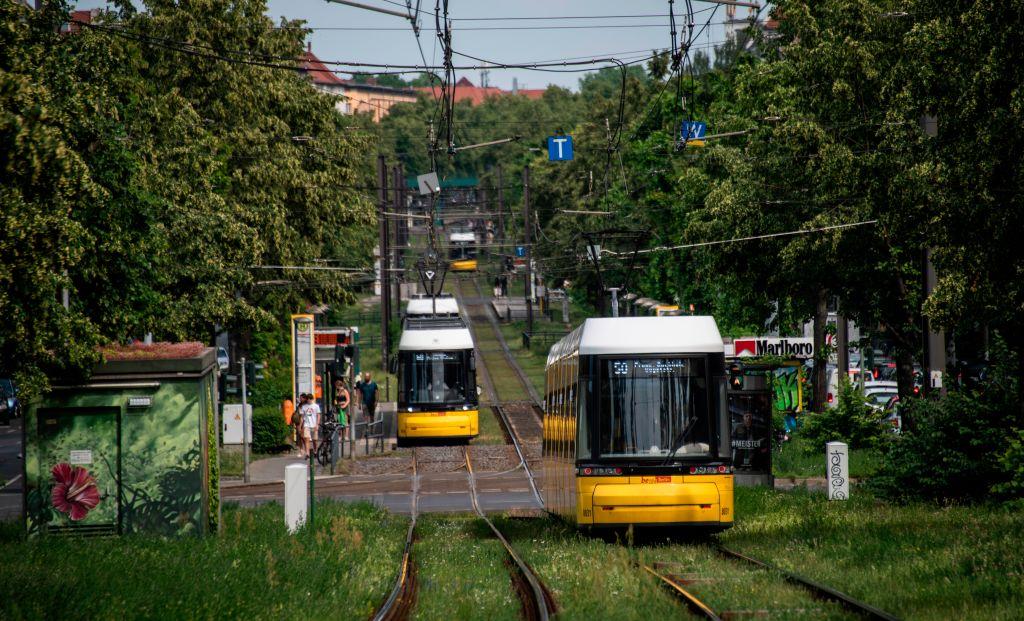 Tram-Unfälle in Berlin: 17-Jährige unachtsam – Taschendieb nach Raub verunglückt