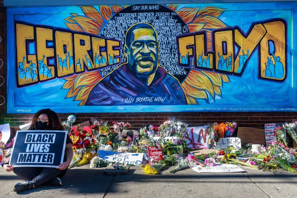 Floyd-Denkmal in New York mit schwarzer Farbe beschmiert