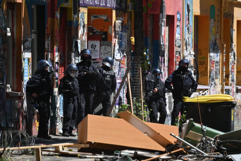 Aufräumen nach Straßenkampf um Rigaer 94: Feuer, Steine, Böller und 60 verletzte Polizisten