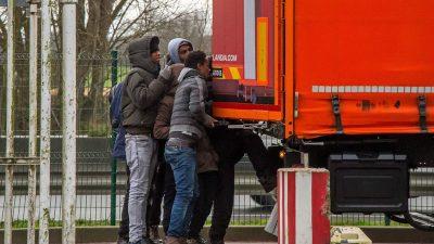 """LKW-Fahrer bemerkt Flüchtlinge auf Anhänger – Polizei ermittelt wegen """"Einschleusens von Ausländern"""""""