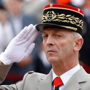 Was hat der Rücktritt des französischen Armeechefs mit Marine Le Pen zu tun?