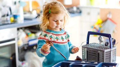 Kinder lernen hilfreiche Gewohnheiten im Haushalt