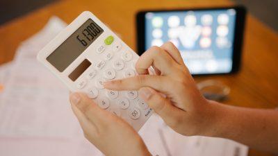 Umfrage: 40 Prozent der Bankkunden zahlen höhere Gebühren
