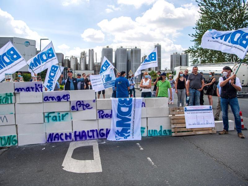Bauern demonstrieren für höhere Milchpreise – Milchindustrie wehrt ab
